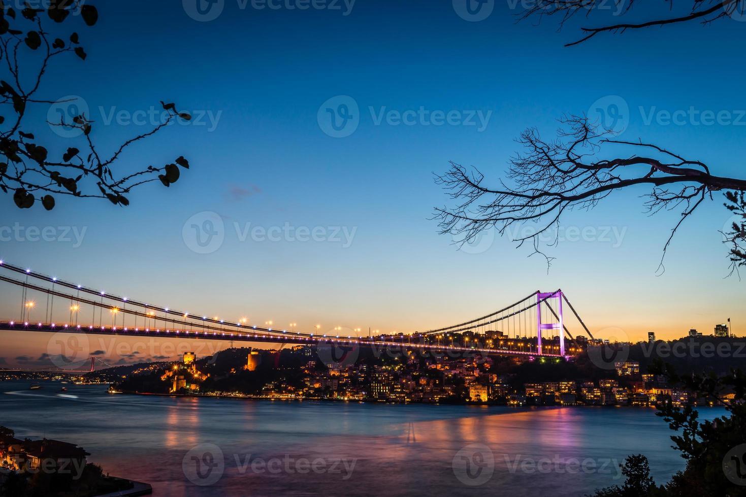 Bosporus-brug bij nacht Istanbul / Turkije foto