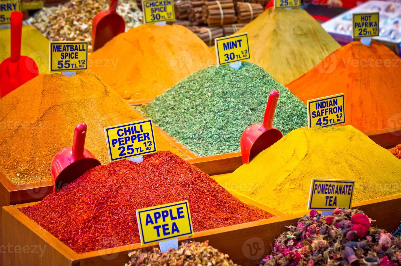 pack van diverse kruiden op de markt van istanbul, Turkije foto