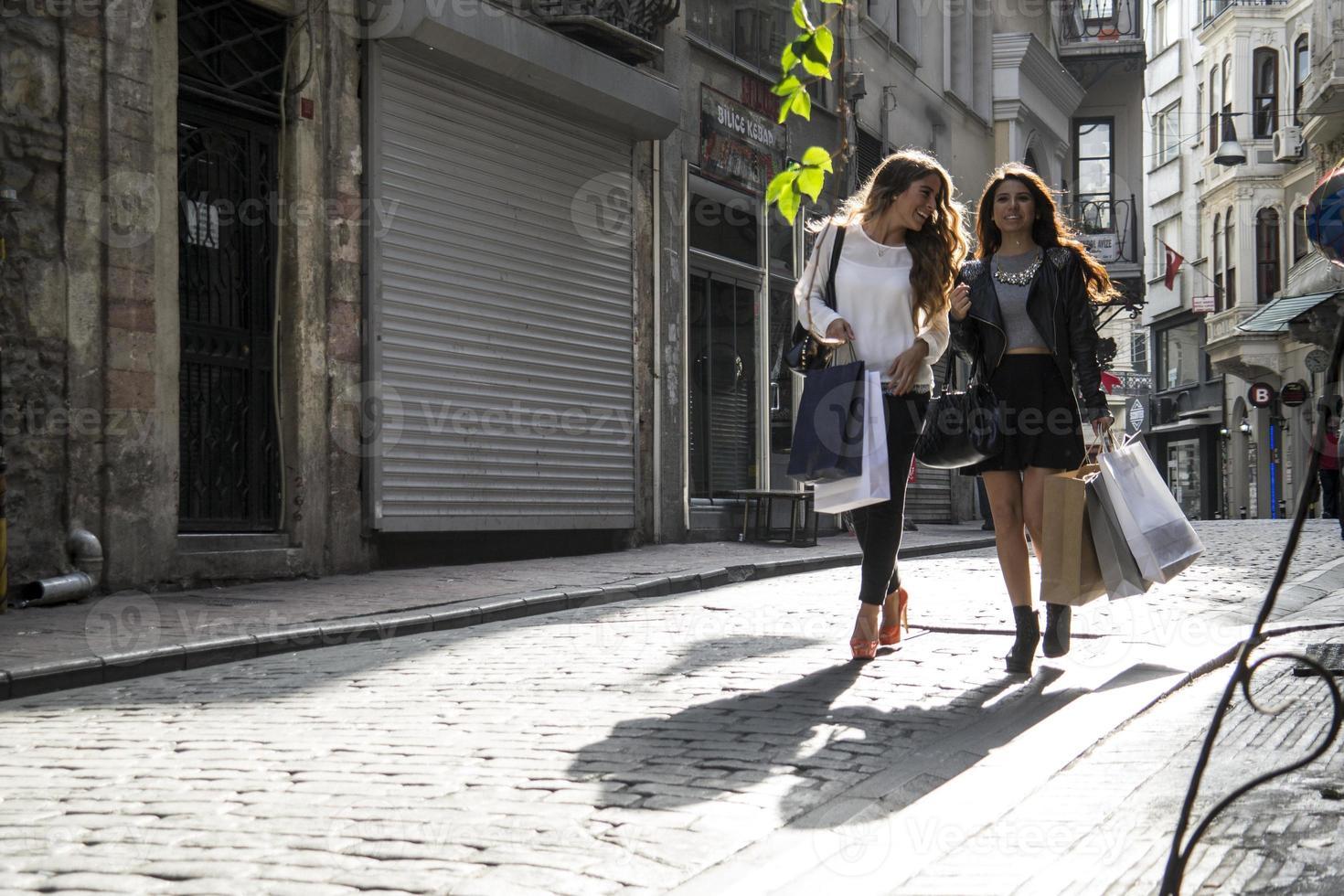 twee meisjes in het winkelen op straat foto