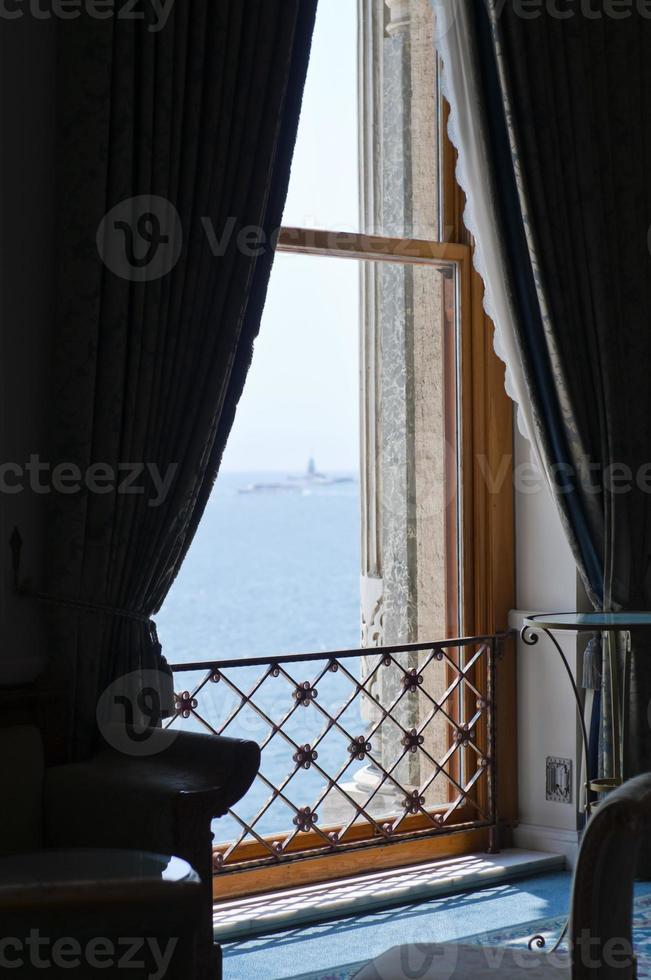 uitzicht op zee vanuit het raam foto
