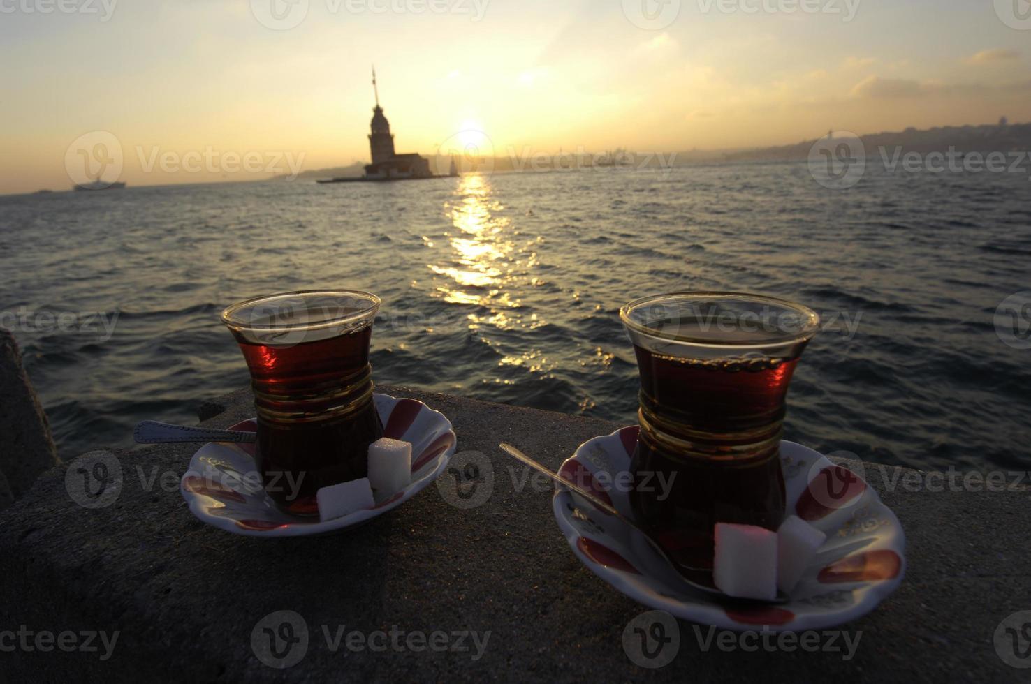 Turkse thee in café aan de Bosporus, Istanbul foto