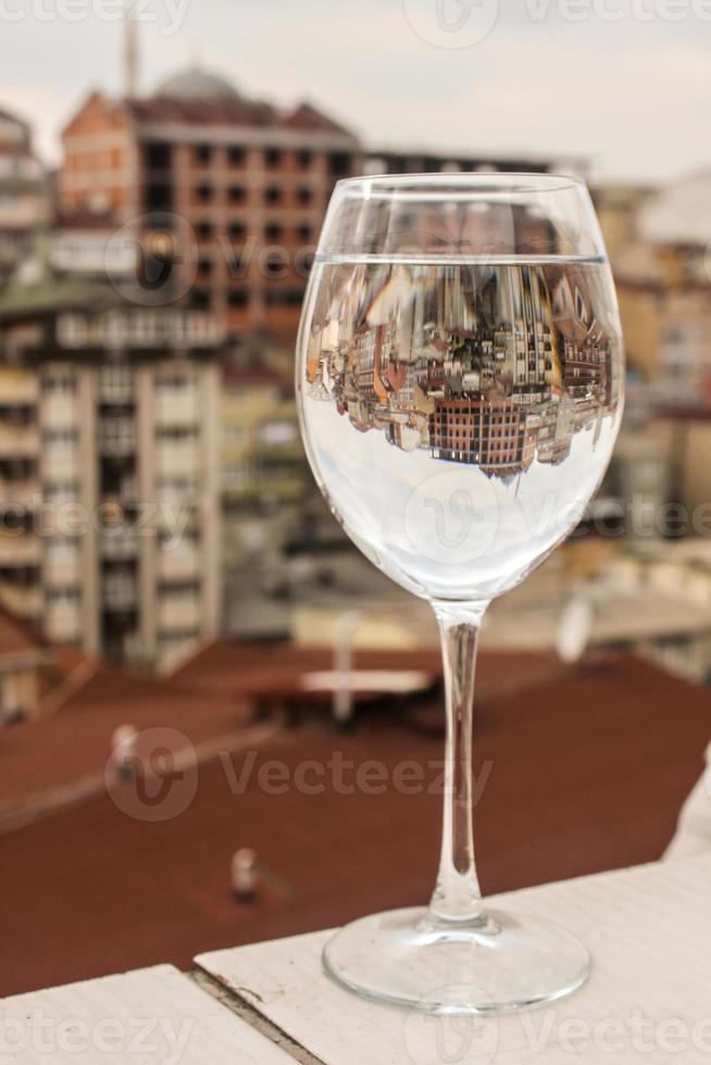 reflectie stadsbeeld aan wijnglas foto
