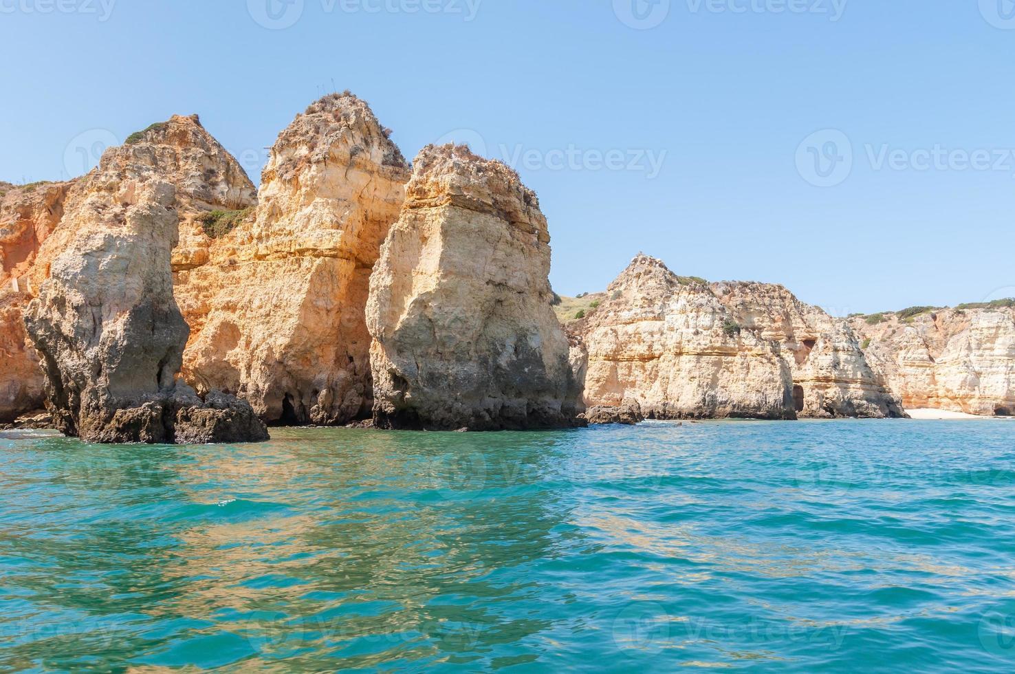 rotsformaties bij lagos gezien vanaf het water foto