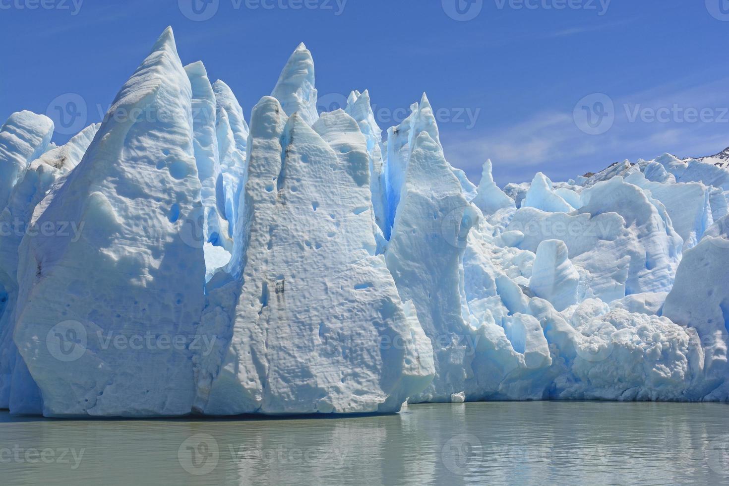 dramatische ijsformaties bij de teen van een gletsjer foto