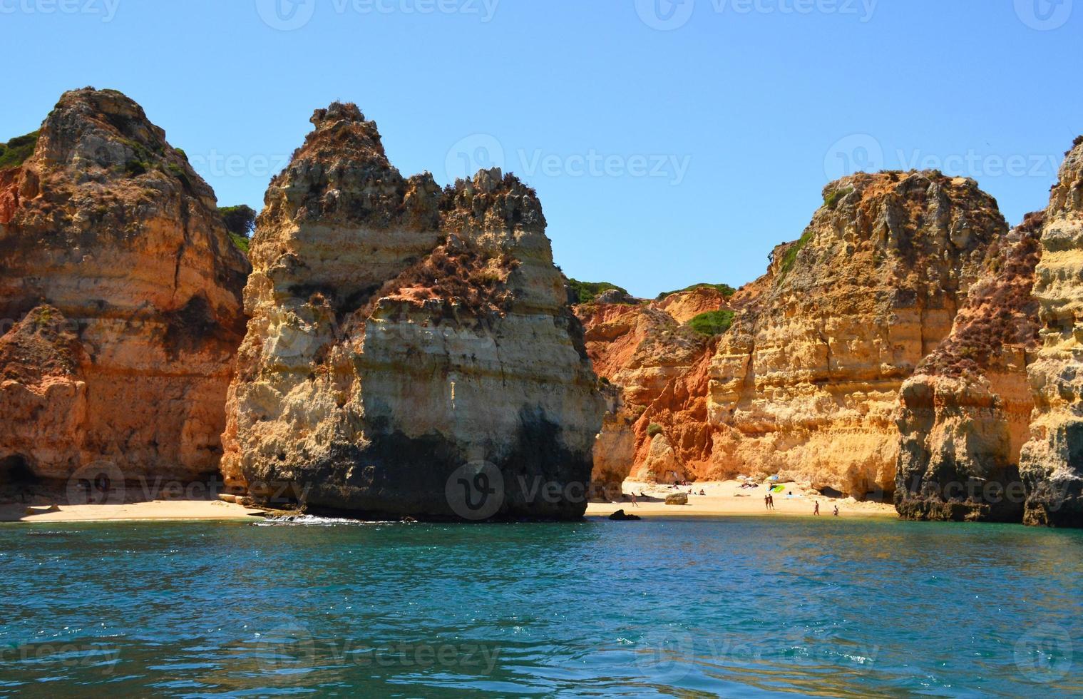 rotsen en zandstrand in portugal, lagos foto