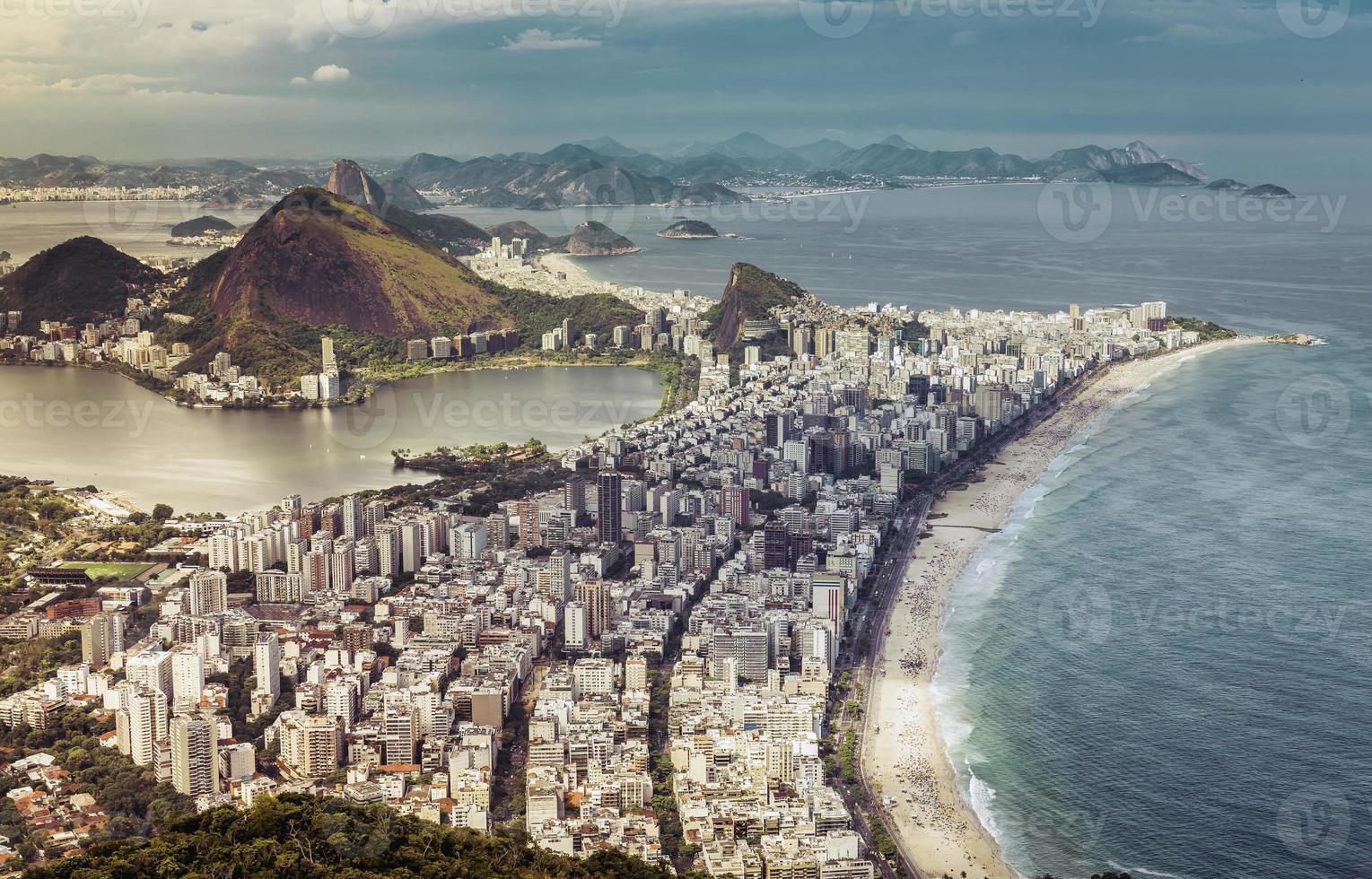 hoge hoek stad luchtfoto van rio de janeiro, brazilië foto
