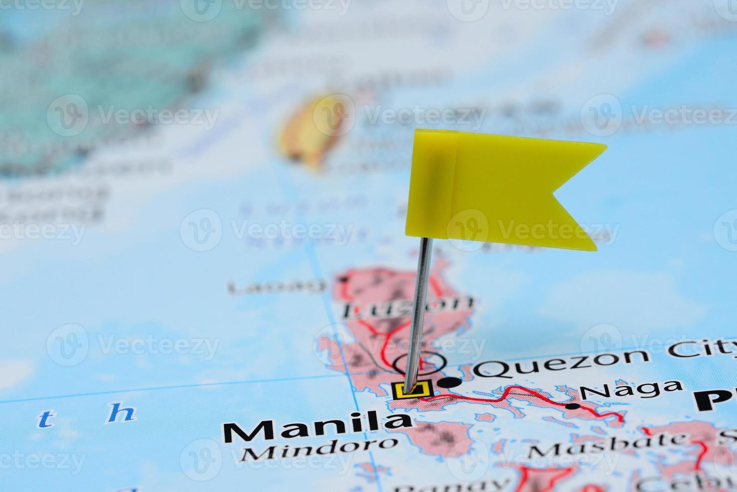 Manilla vastgemaakt op een kaart van Azië foto