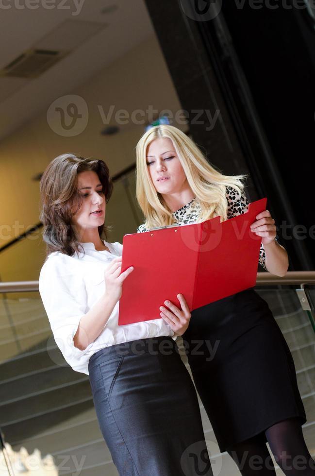 twee zakenvrouwen foto