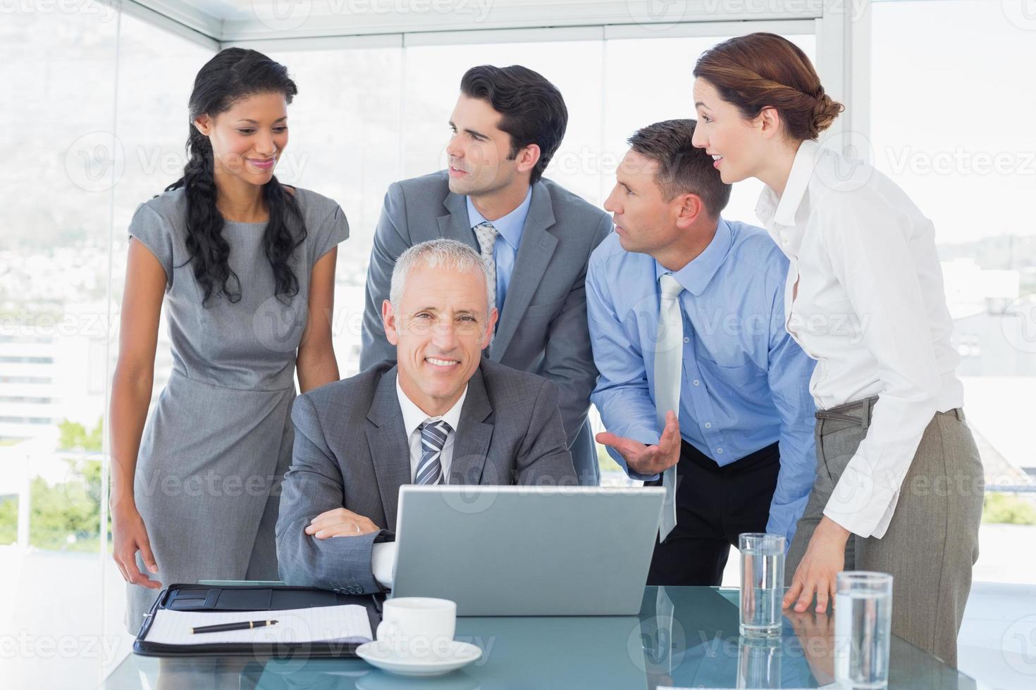 business team gelukkig samen te werken op laptop foto