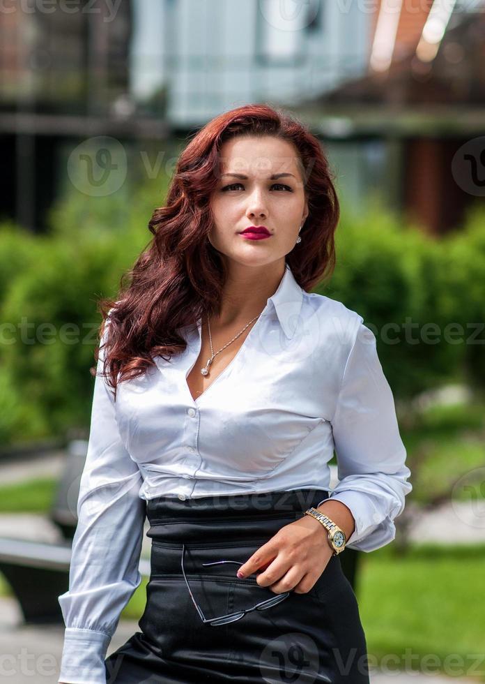 portret van een zakenvrouw op zoek gelukkig foto