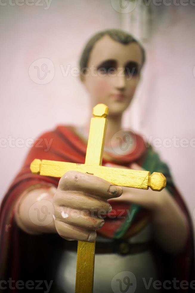 heilige standbeeld stak gouden kruis foto