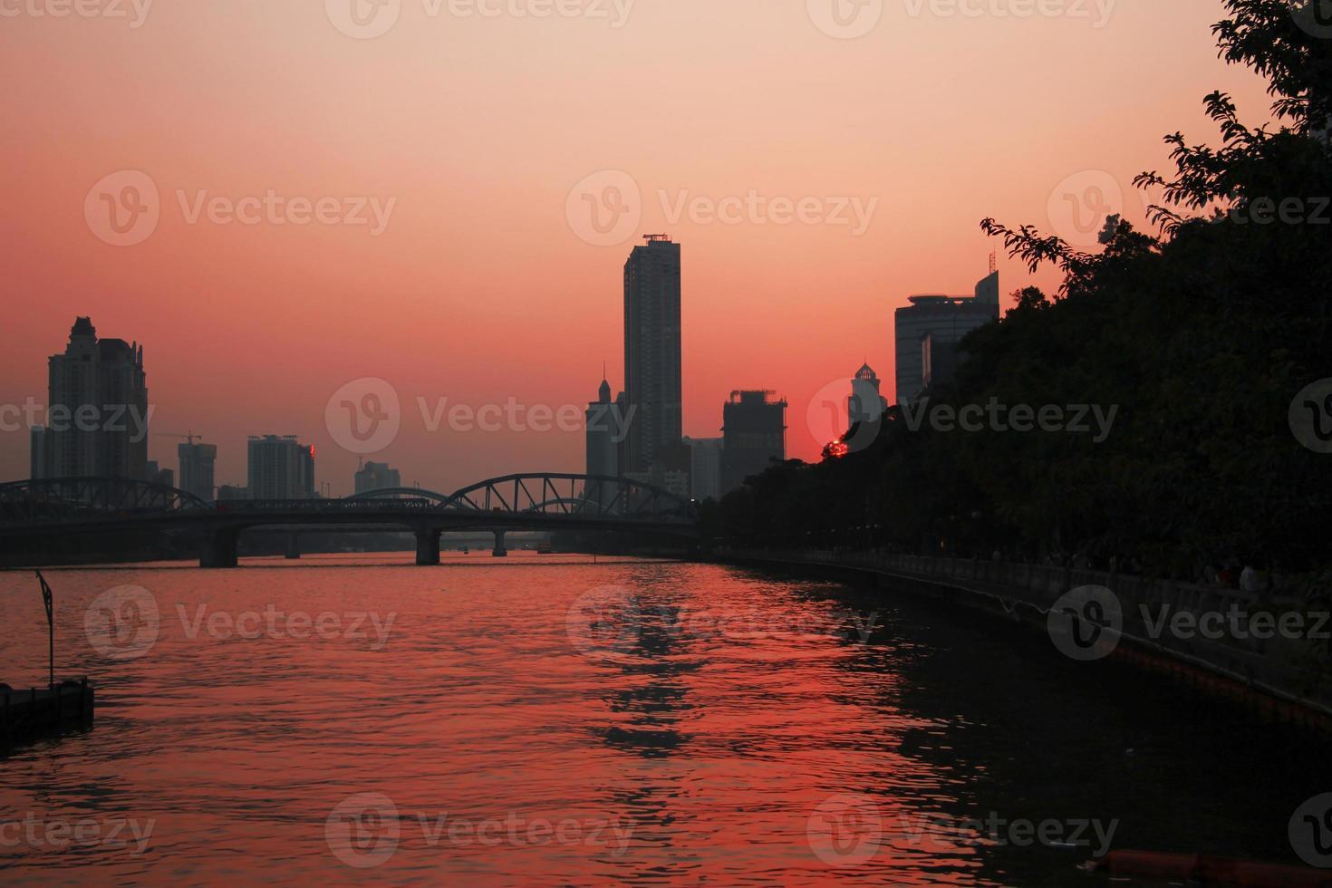 zonsondergang over Pearl River. zomeravond in Guangzhou foto