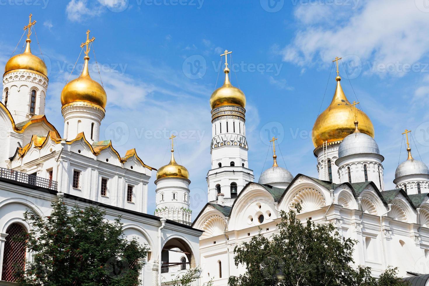 gouden koepels van de kremlinkathedralen van moskou foto