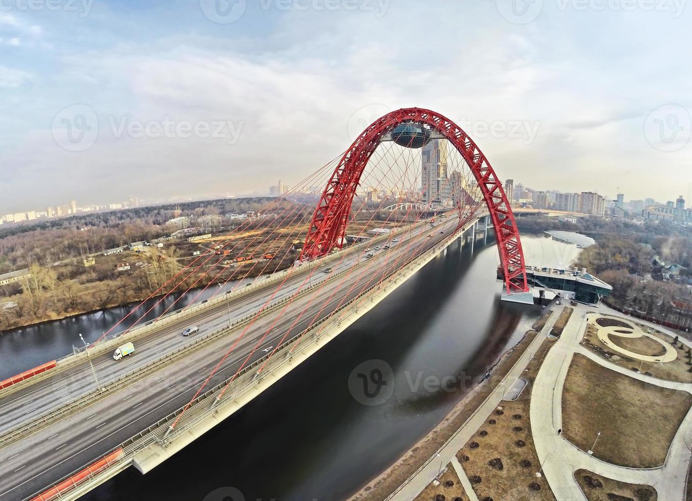 luchtfoto op rode hangbrug, Moskou foto