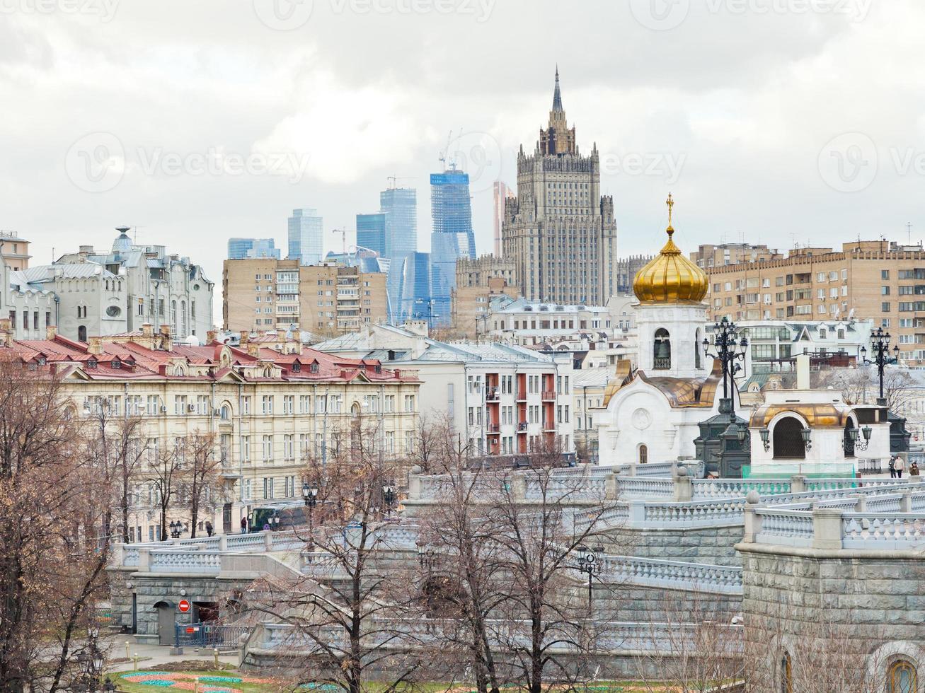 Moskou stadsgezicht met kathedraal en wolkenkrabber foto