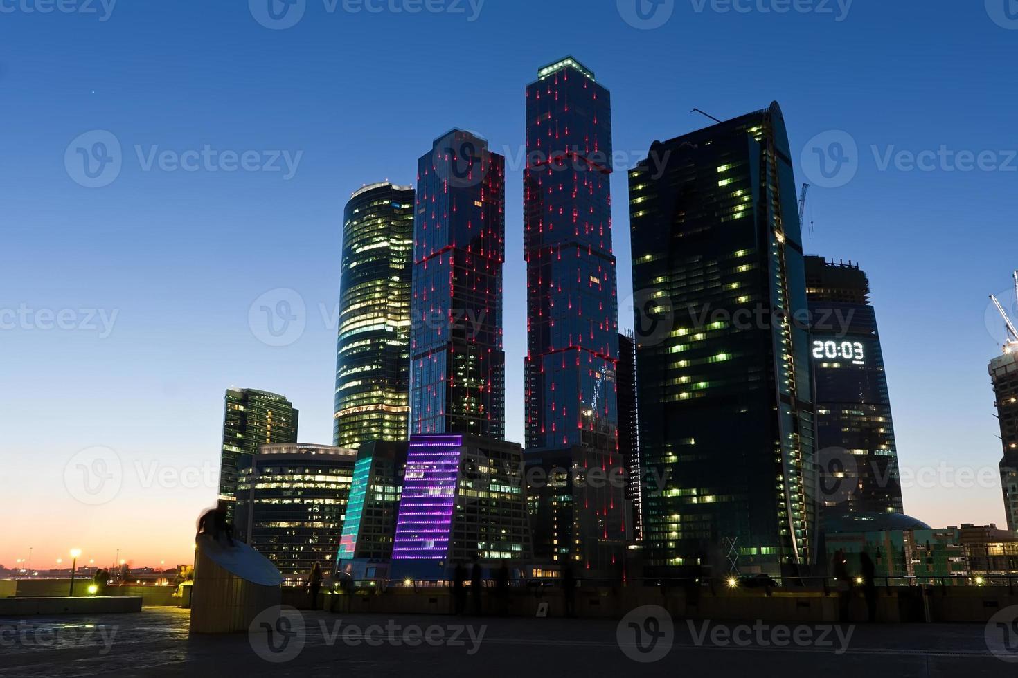 wolkenkrabbers 's nachts foto