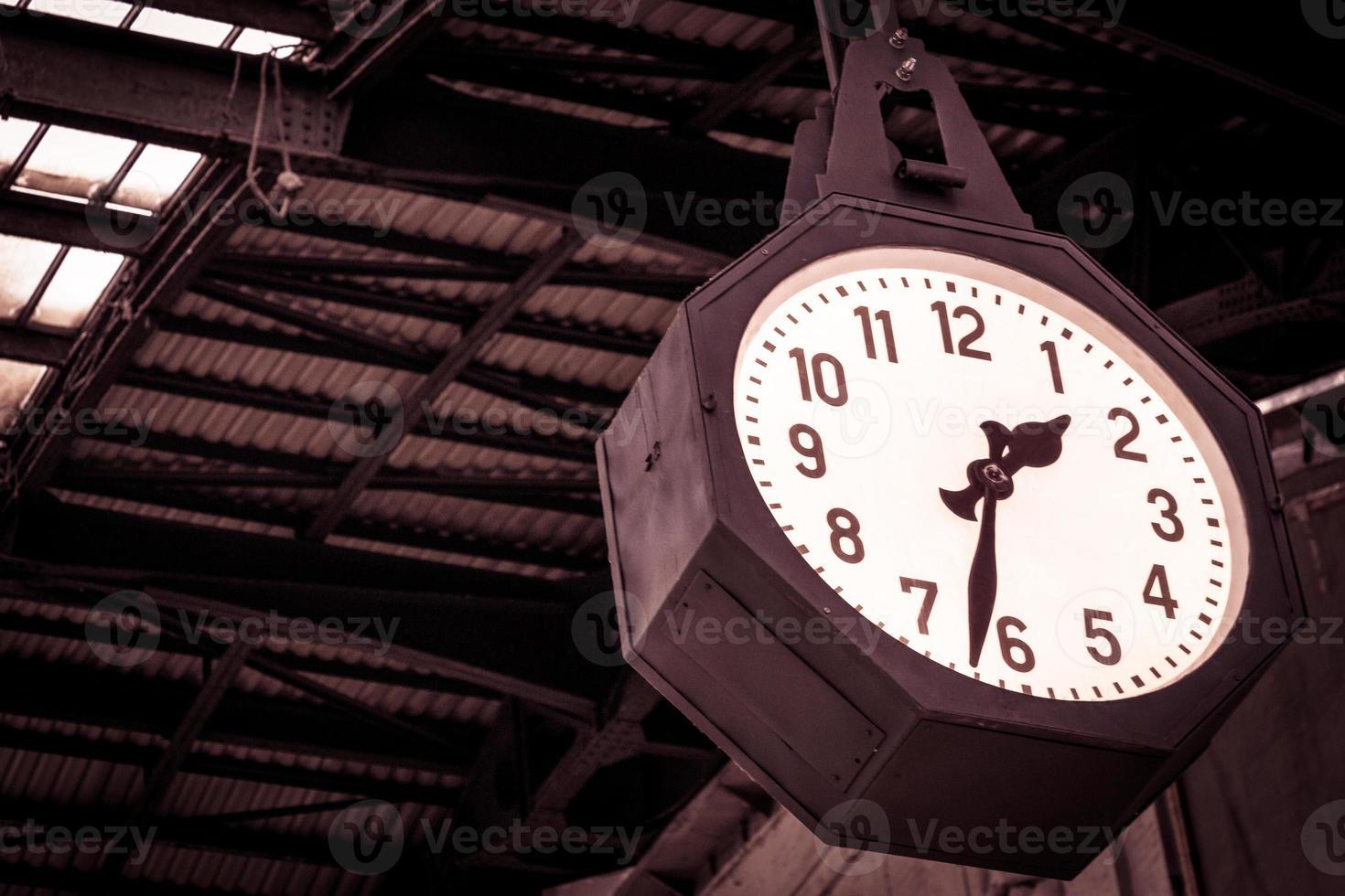 klok van het centraal station van milaan foto