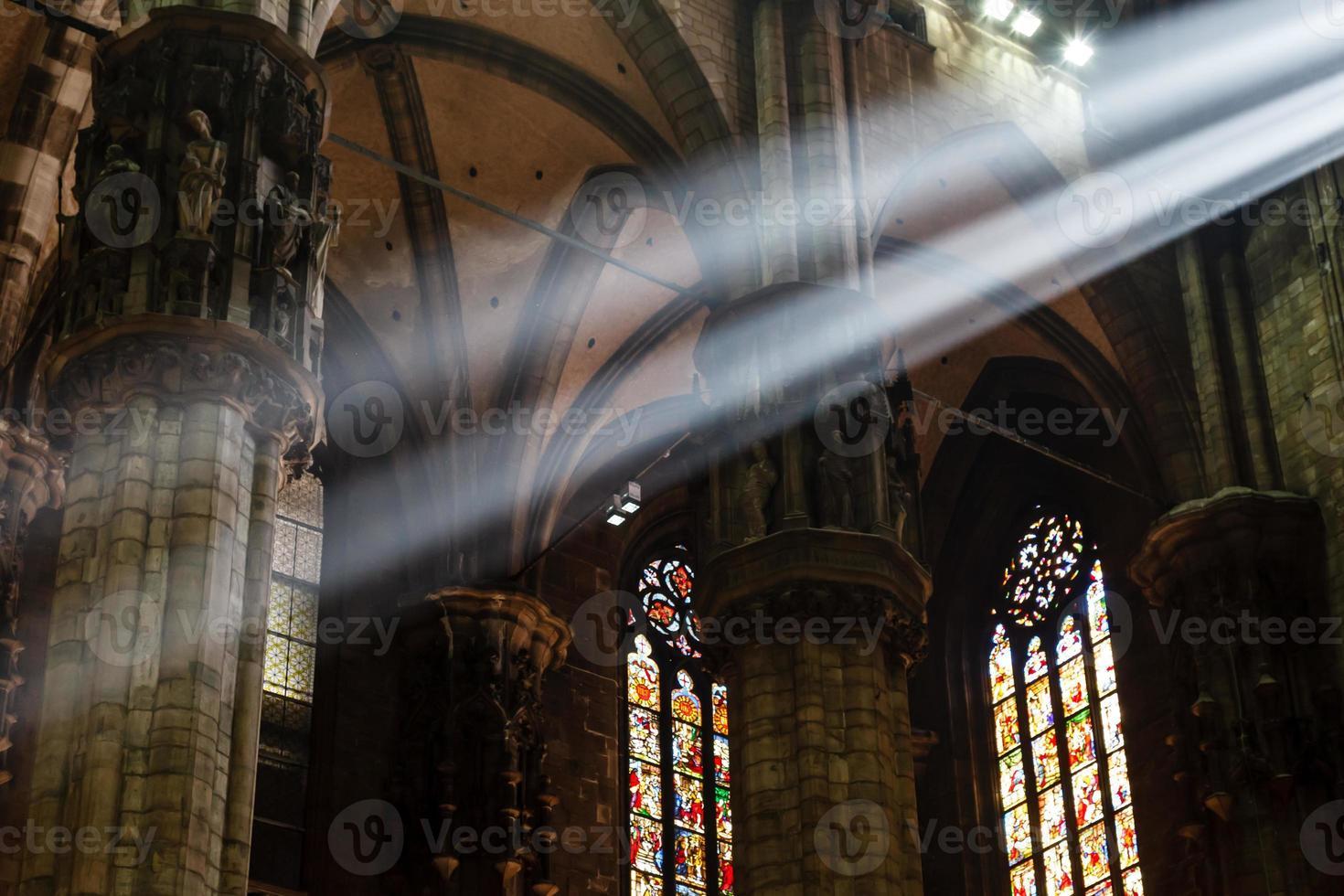 de heldere lichtstraal in de kathedraal van milaan, italië foto