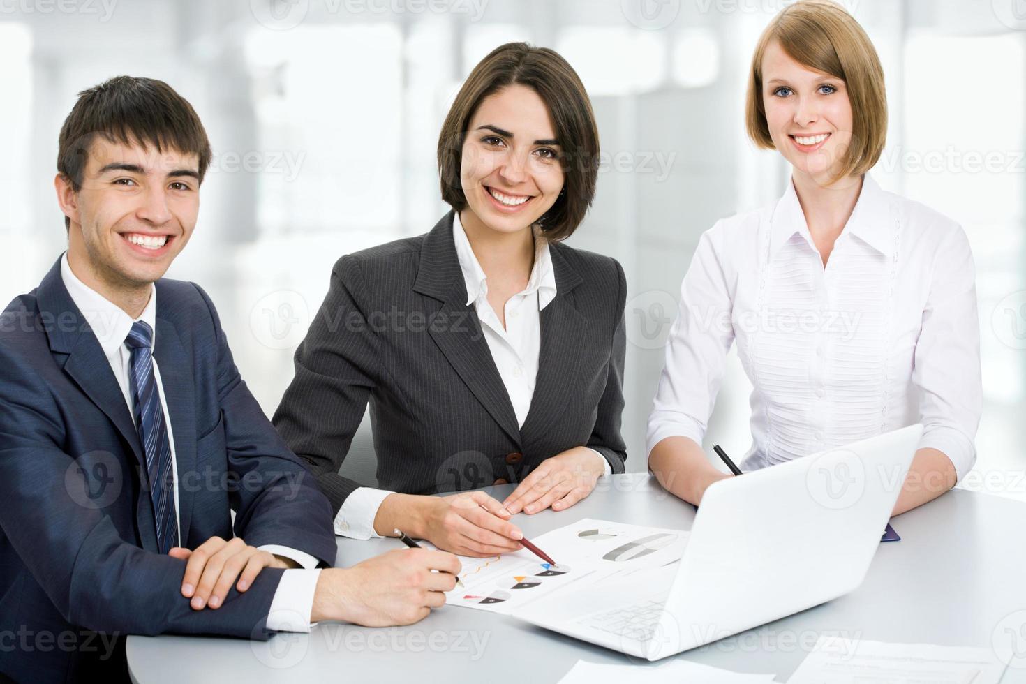 jonge mensen uit het bedrijfsleven. teamwork. foto