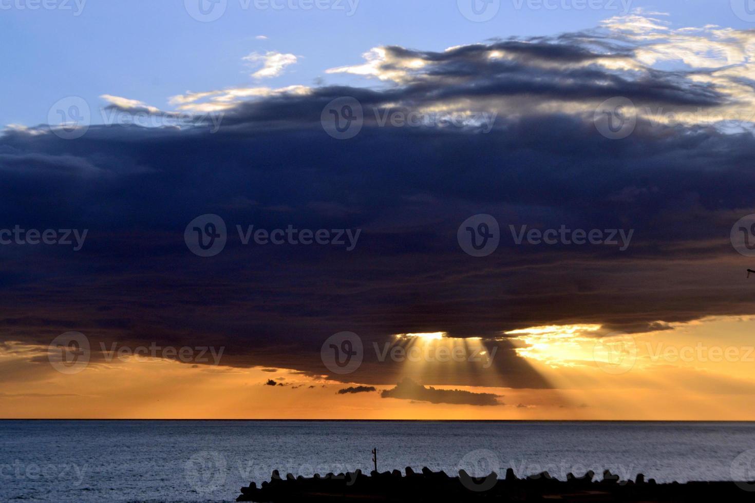 zonsondergang en wolken. foto
