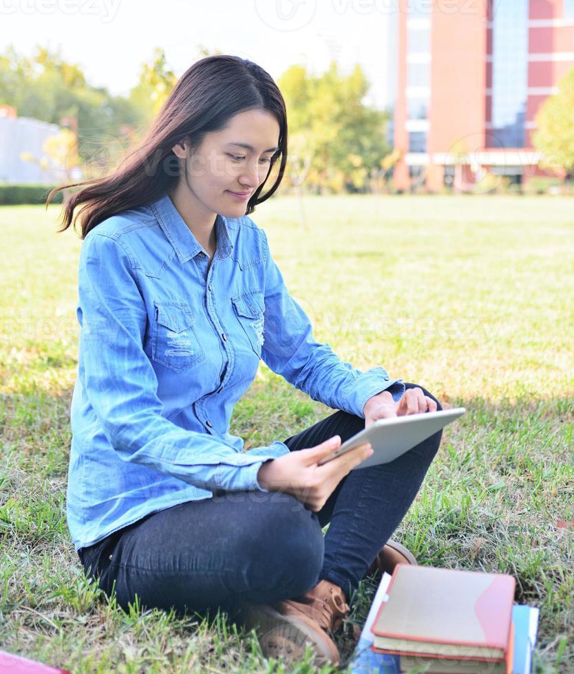 vrouwelijke studenten met behulp van tablet foto
