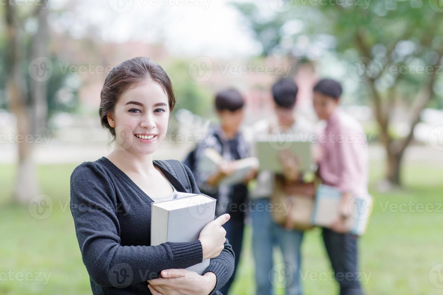 vrouwelijke student die op universiteit glimlacht foto