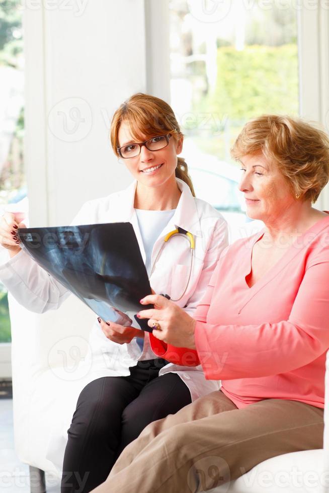 vrouwelijke arts met hogere patiënt foto