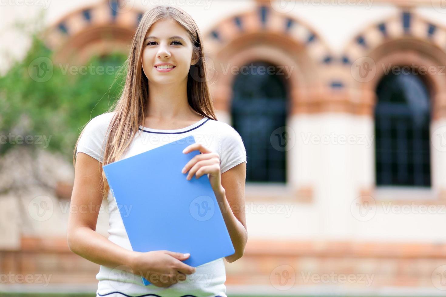 vrouwelijke student buiten de school foto