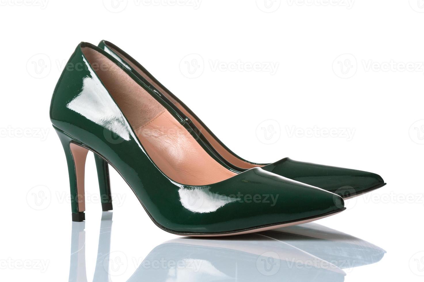 paar vrouwelijke schoenen met hoge hakken foto