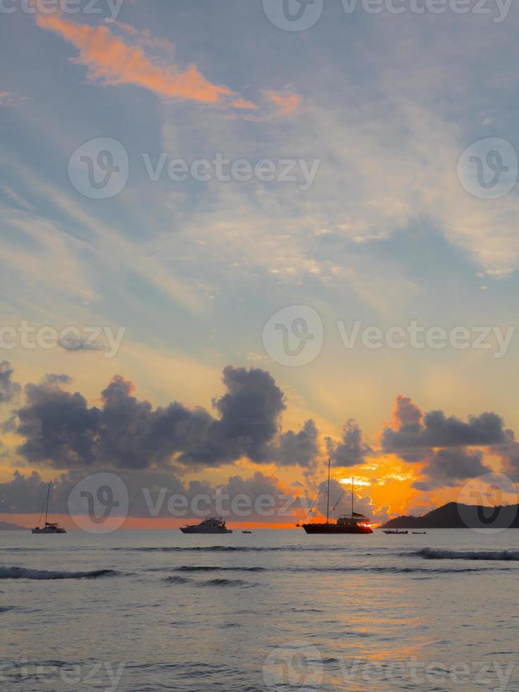 schepen bij zonsondergang foto