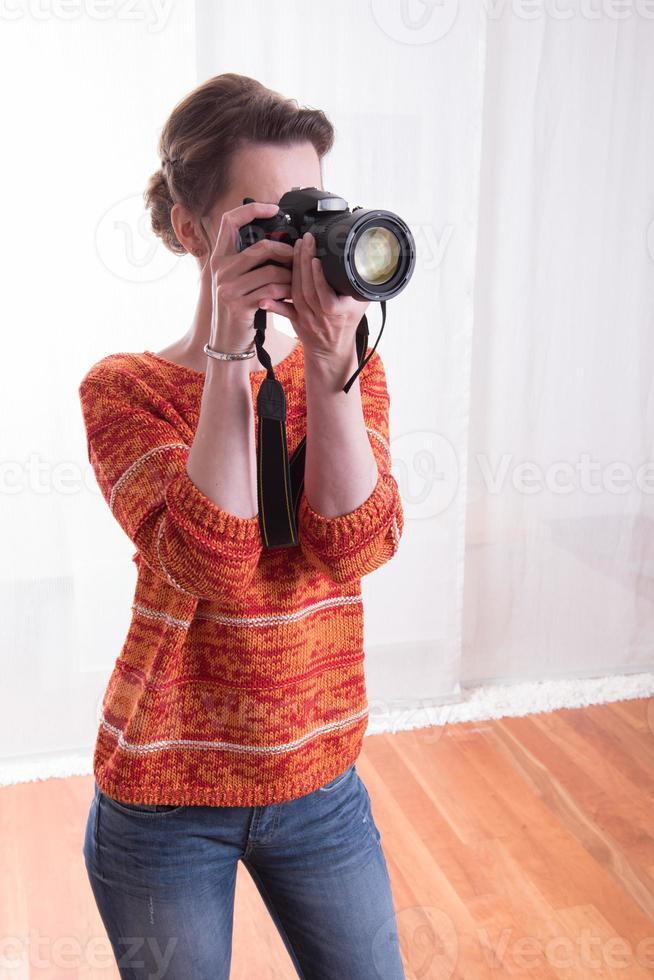 vrouwelijke fotograaf in de studio die foto's neemt foto