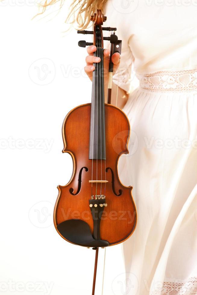 vrouwelijke hand met een viool buiten foto