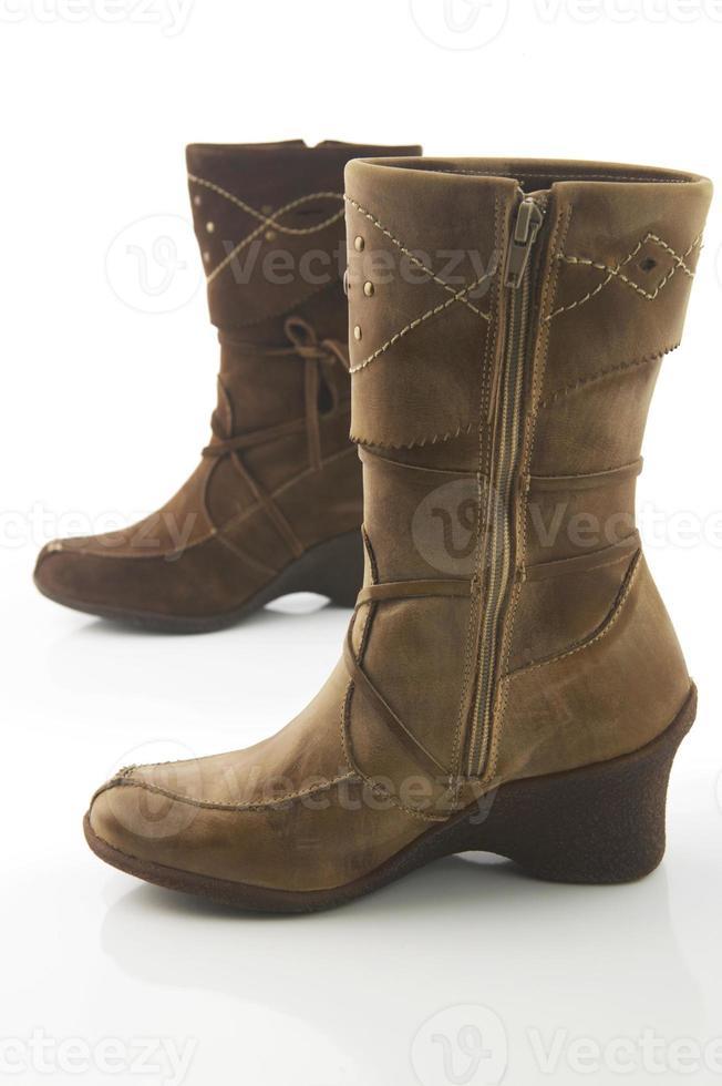 paar bruine vrouwelijke laarzen. geïsoleerd. foto