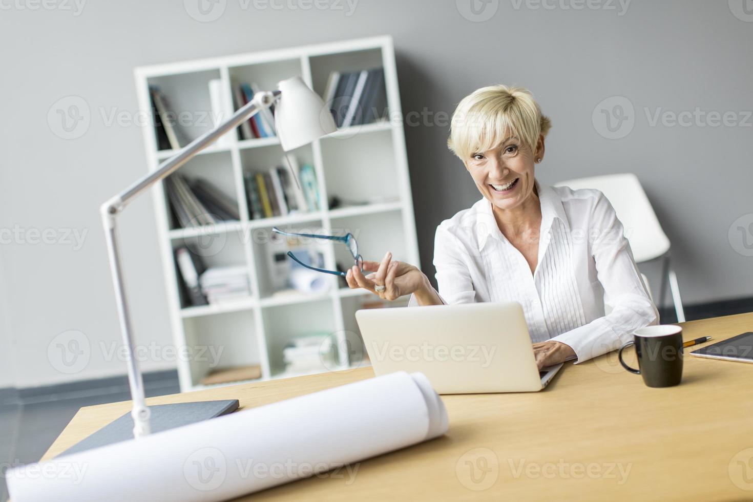 vrouw die werkt in het kantoor foto