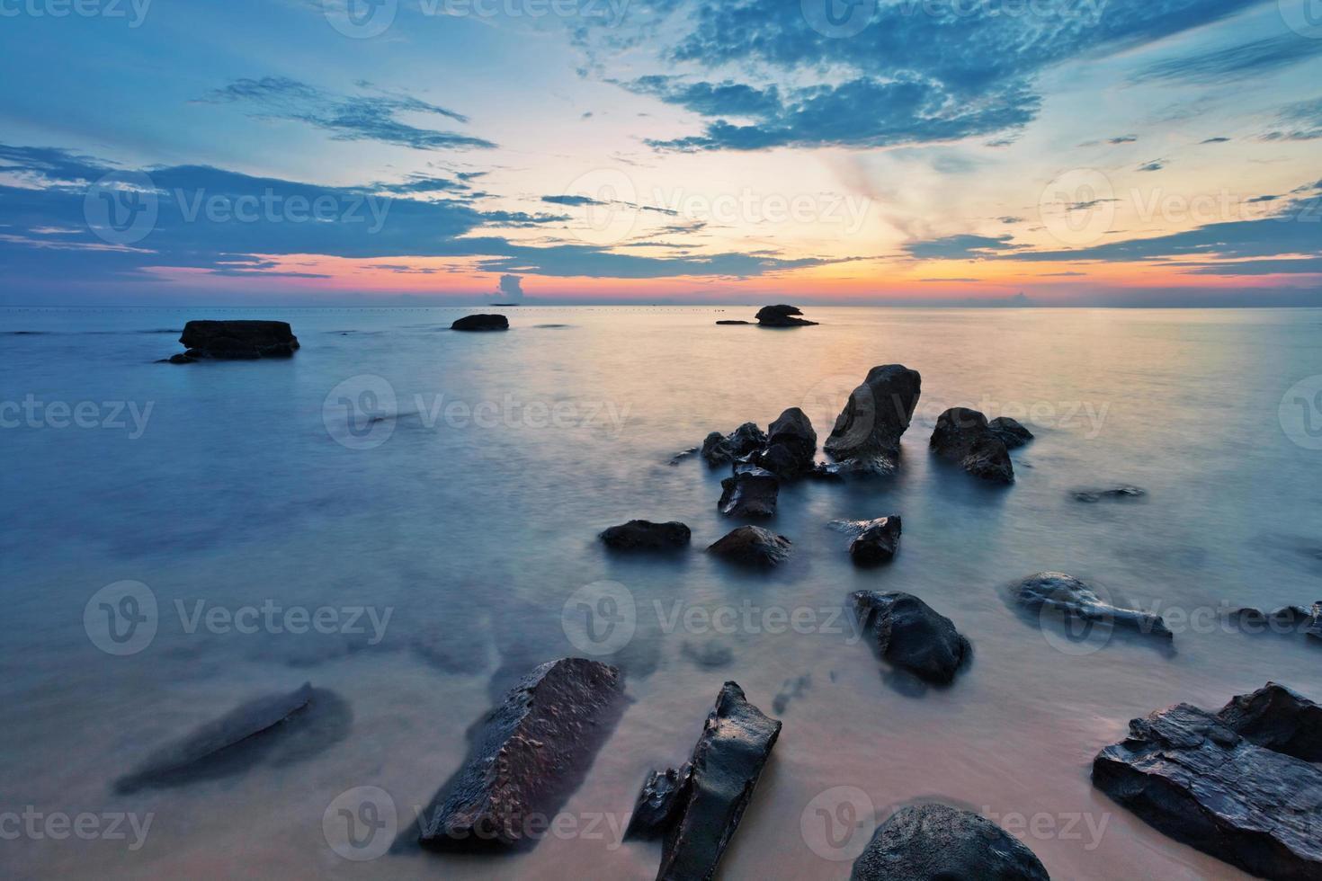 strand bij zonsondergang foto