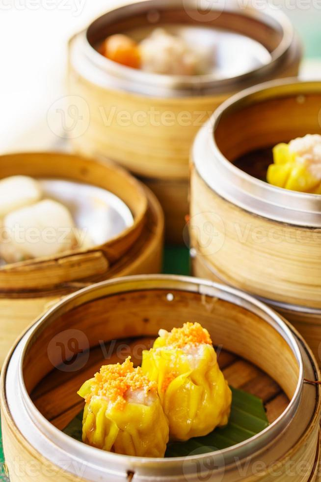 dim sum in bamboe stoomcontainers foto