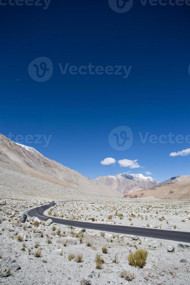 weg op grote hoogte in de Himalaya foto