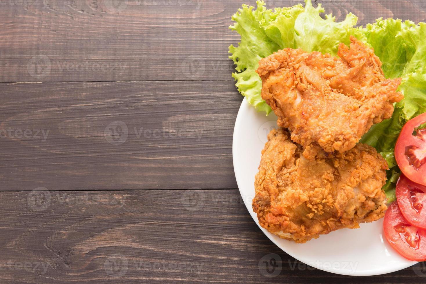 gebakken kippenborst op een houten achtergrond foto