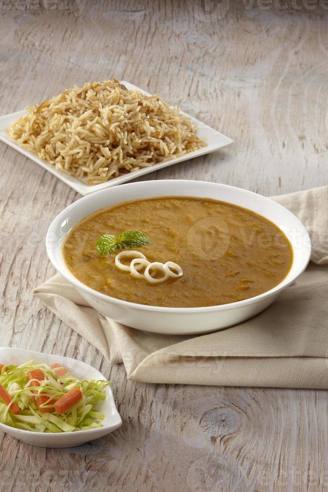dhansak curry met bruine rijst, india foto