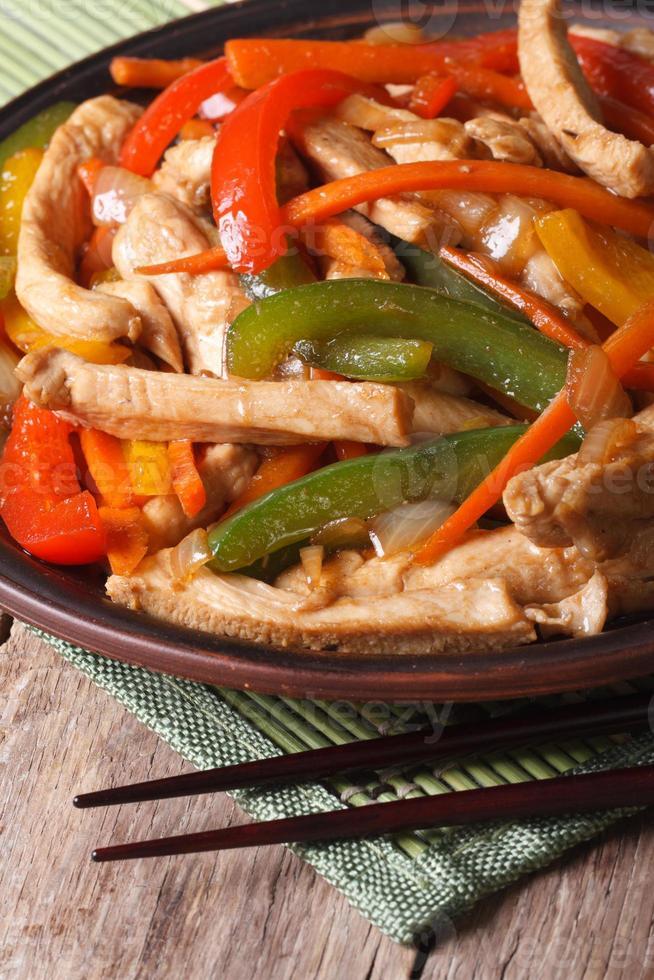 Chinees eten: kip met groenten close-up verticaal foto