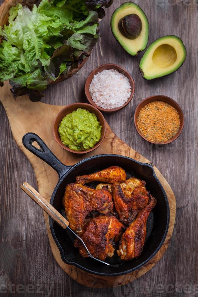 gegrilde kippenpoten en vleugels met guacamole foto