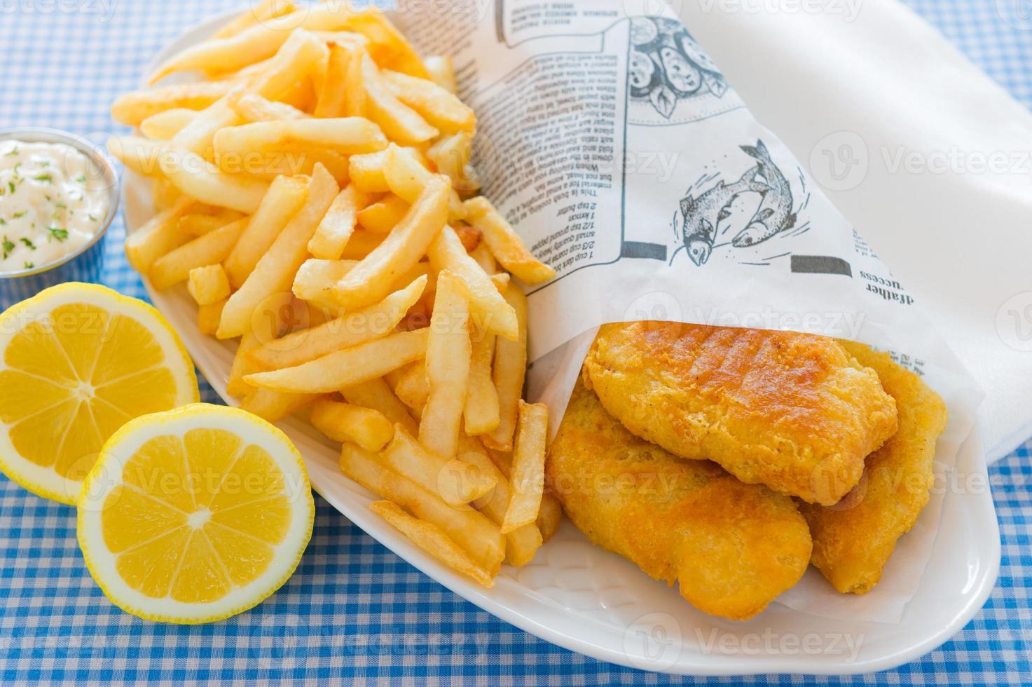 portie fish and chips geserveerd met citroen foto