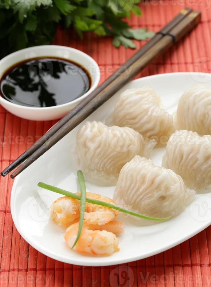 Aziatische gestoomde vleesballetjes dim sum met sojasaus foto
