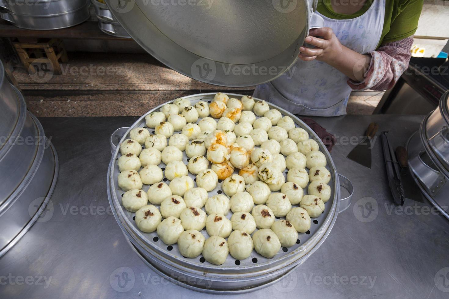 Chinese gestoomde broodjes gevuld in Dali markt, Yunnan China. foto