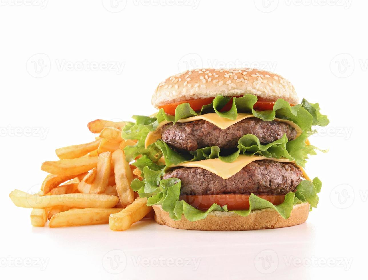 geïsoleerde hamburger en frietjes foto