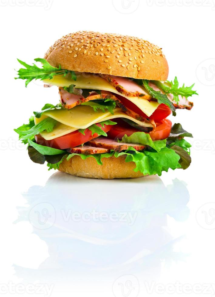 hamburger die op witte achtergrond wordt geïsoleerd foto