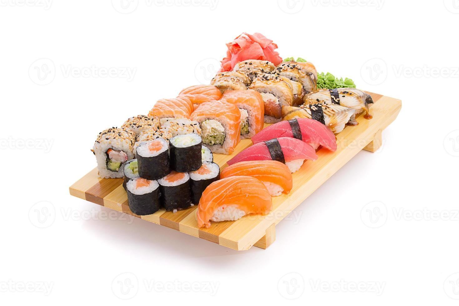 sushi die op een gete worden geplaatst die op witte achtergrond wordt geïsoleerd foto