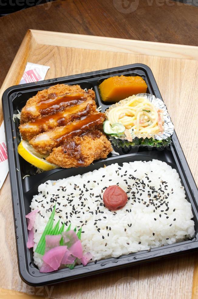 Japanse keuken tonkatsu bento foto