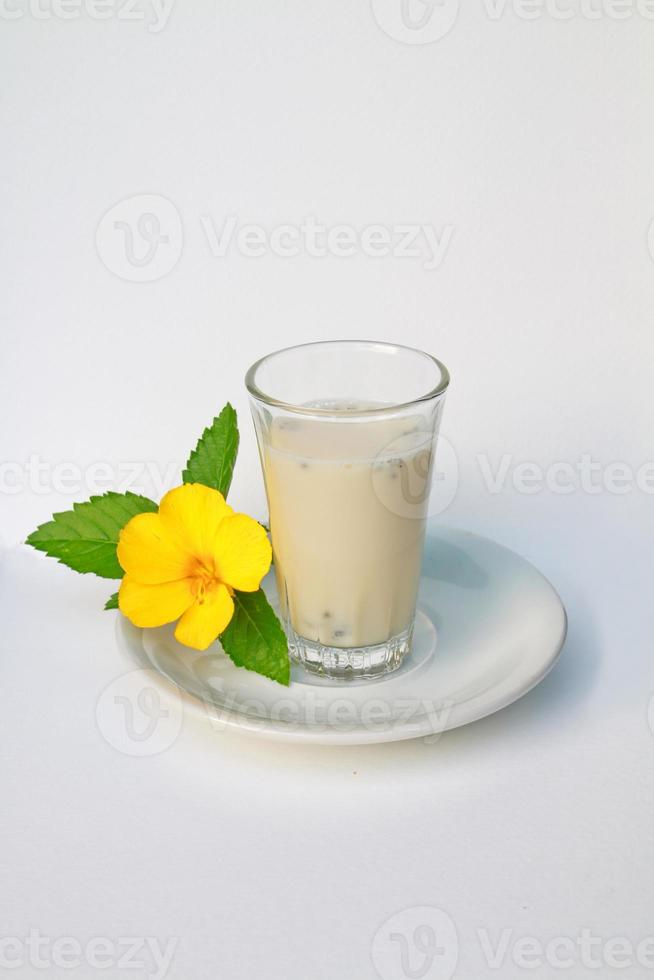 sojamelk met citroenbasilicum foto
