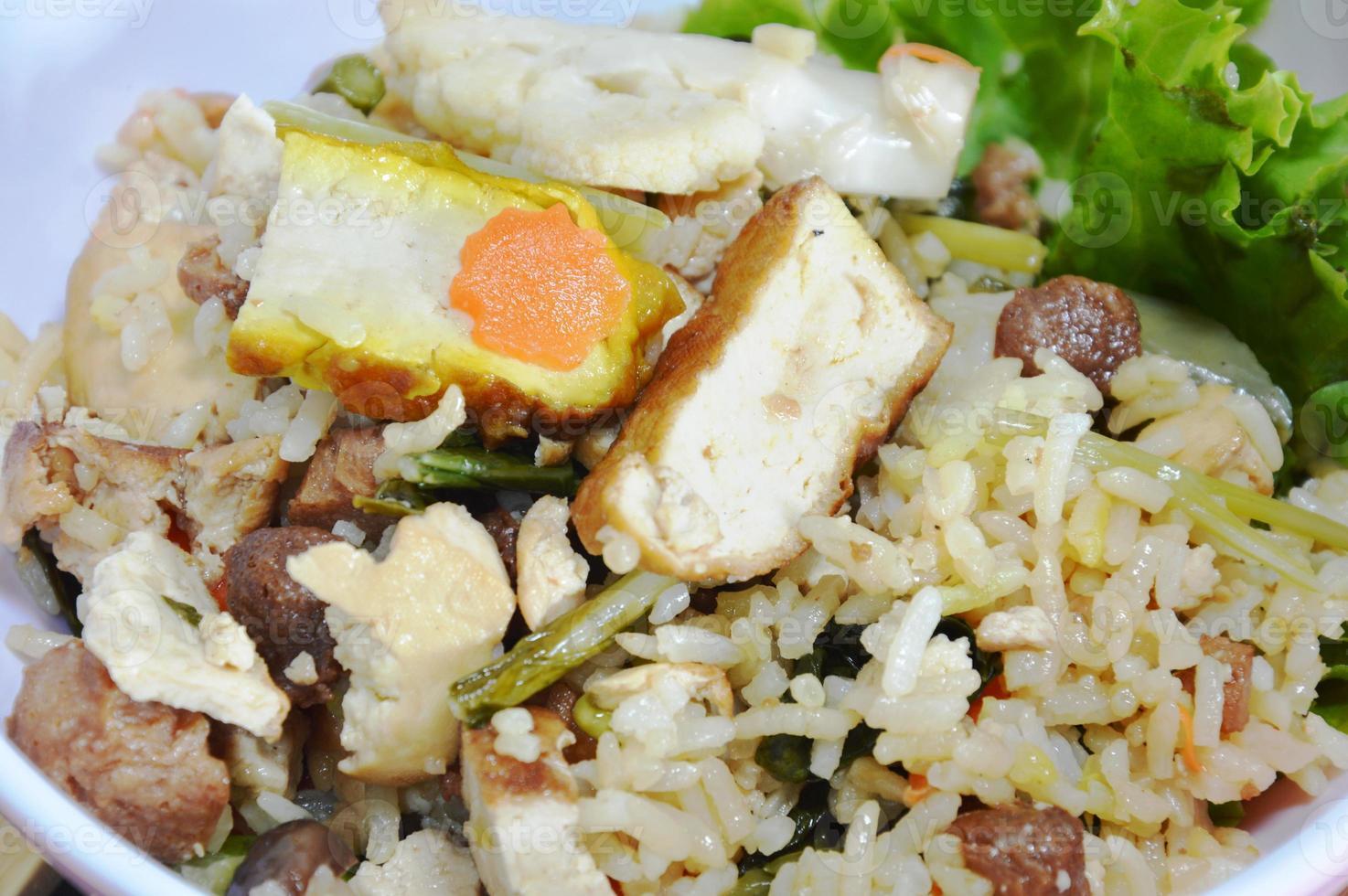 vegetarische gebakken rijst met groente en tofu op kom foto